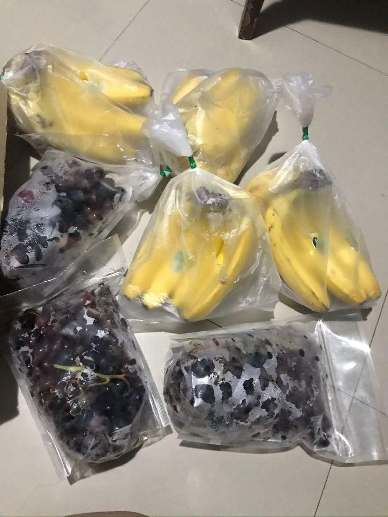 Sejumlah buah dan berbagai jenis siap untuk dijual milik Nony Kartika, 29.