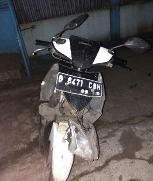 Motor Honda Vario berwarna putih nopol B-6471-COH yang rusak parah.