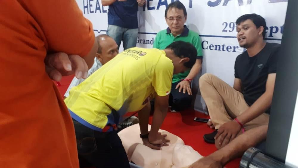 mempraktekan contoh bagaimana melakukan pertolongan pertama yang benar apabila ada yang terkena serangan jantung, Sabtu (29/9/2018).