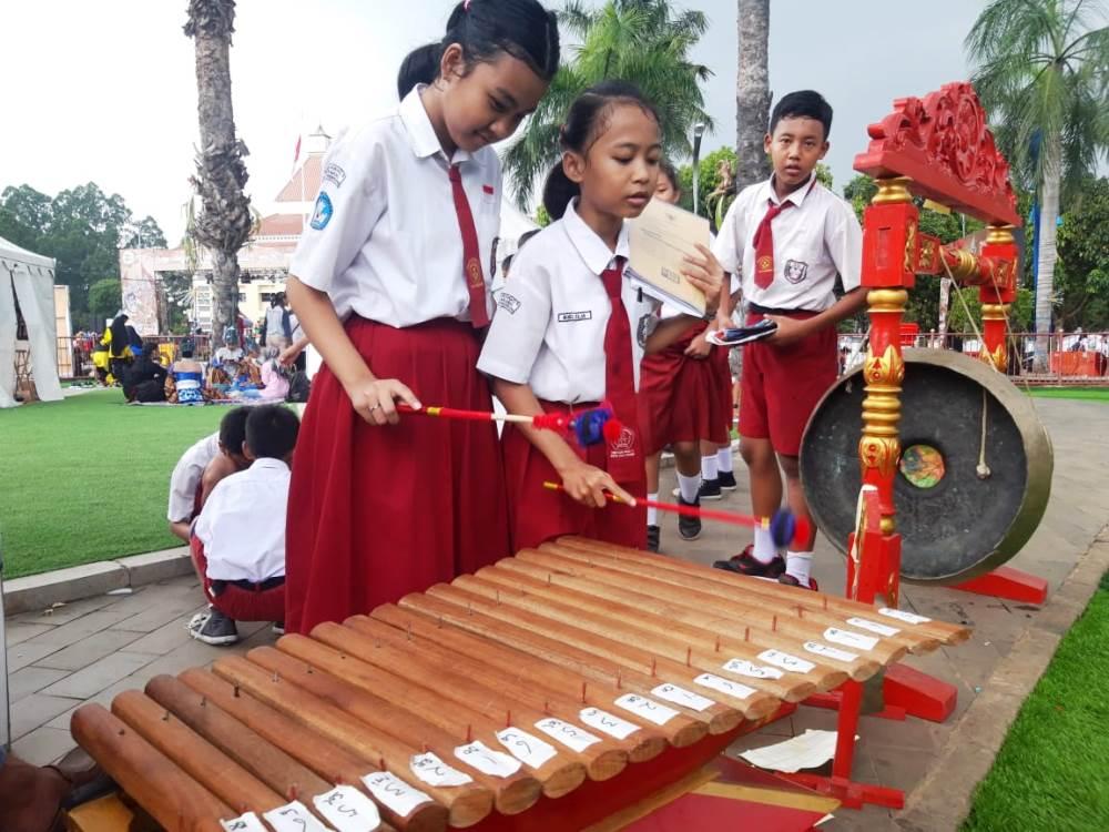 Tampak para siswa sekolah dasar (SD) belajar memainkan alat musik tradisional Gamelan.