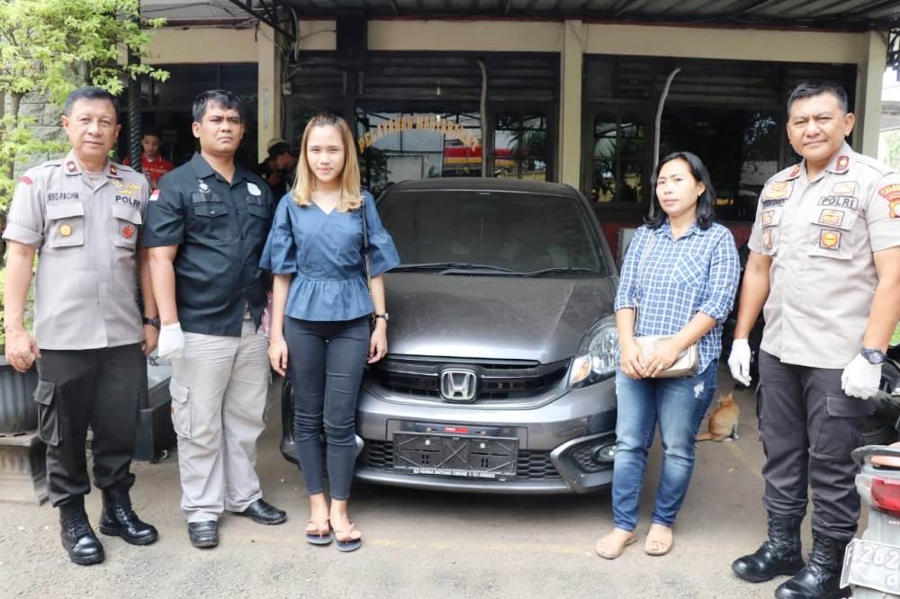 Kapolsek Cipondoh Kompol Sutrisno menyerahkan mobil Honda brio Ave kepada pemiliknya Tio Regina.