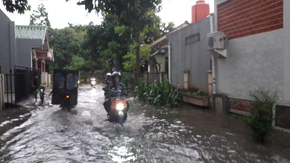 Banjir dikawasan pemukiman warga di Perumahan Bona, Cikokol.