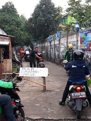 Informasi Pengendara dilarang lewat ada jembatan penyeberangan orang (JPO) yang rusak berat di KM 23.300 Tol Karawaci,