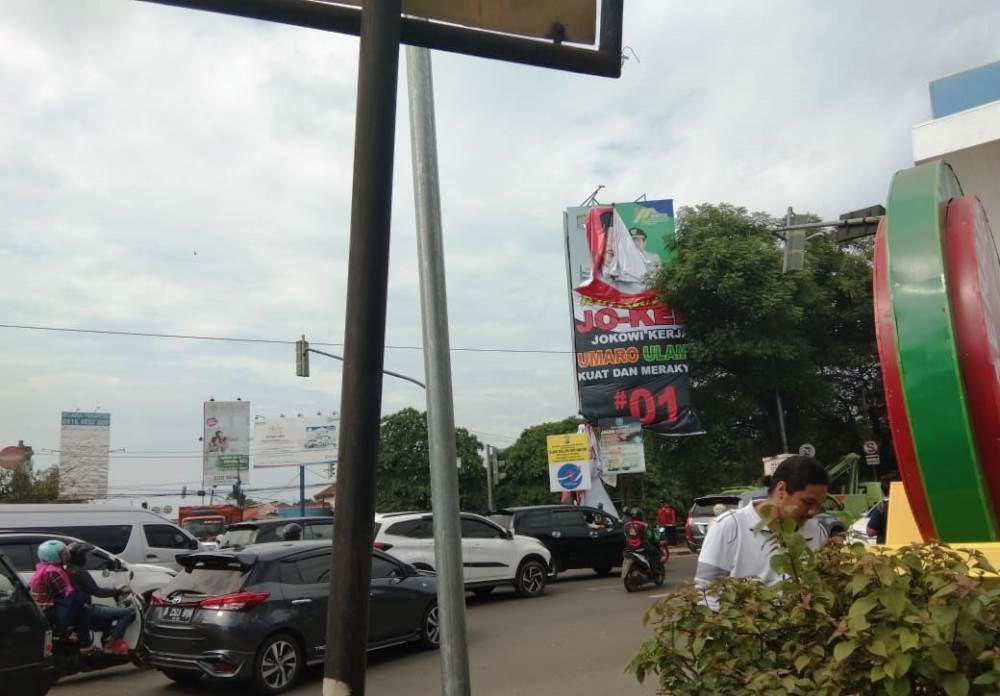 Bawaslu Kota Tangerang mencopot sejumlah baliho Paslon Presiden dan Wakil Presiden nomor urut 01 yang di pasang oleh relawannya dikarenakan telah melanggar peraturan di jalan protokol Kota Tangerang, Senin (4/2/2019).