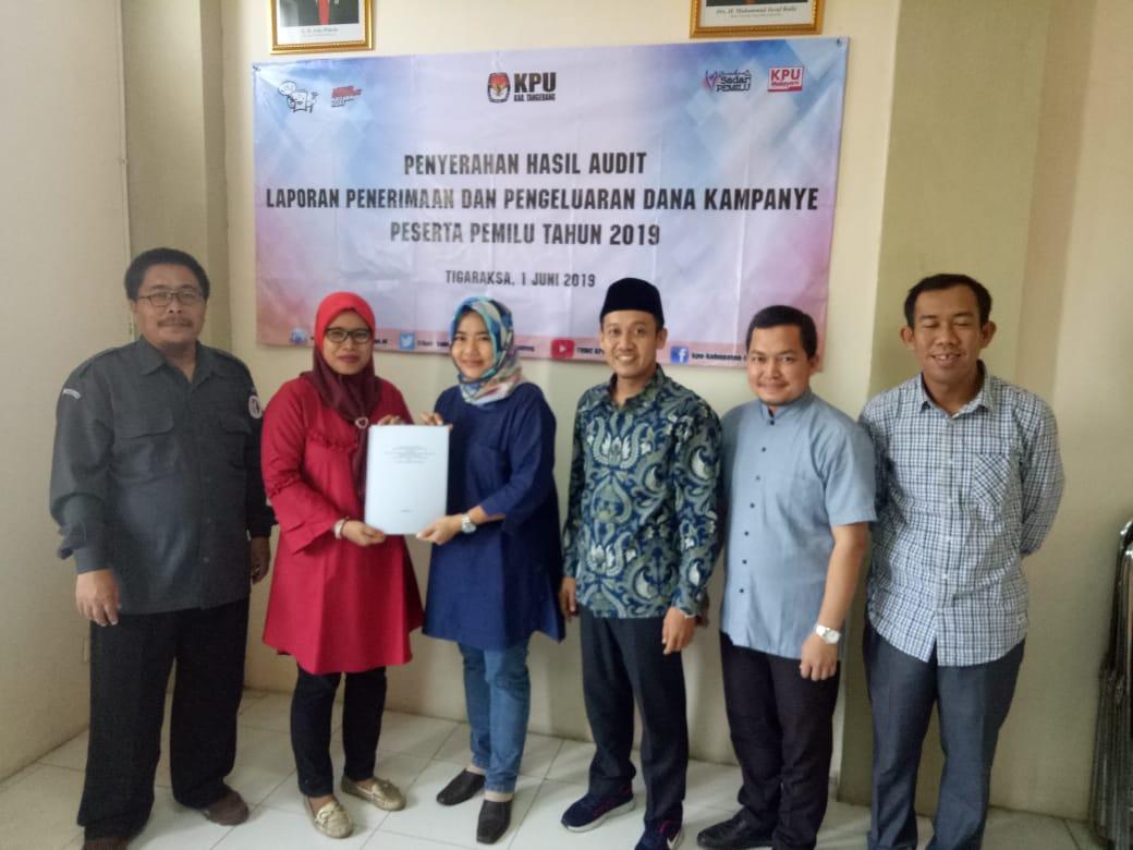 Kantor Akuntan Publik (KAP) memberikan hasil audit laporan penerimaan dan pengeluaran dana kampanye kepada Komisi Pemilihan Umum (KPU) Kabupaten Tangerang yang telah berhasil menyelenggarakan Pemilu 2019.