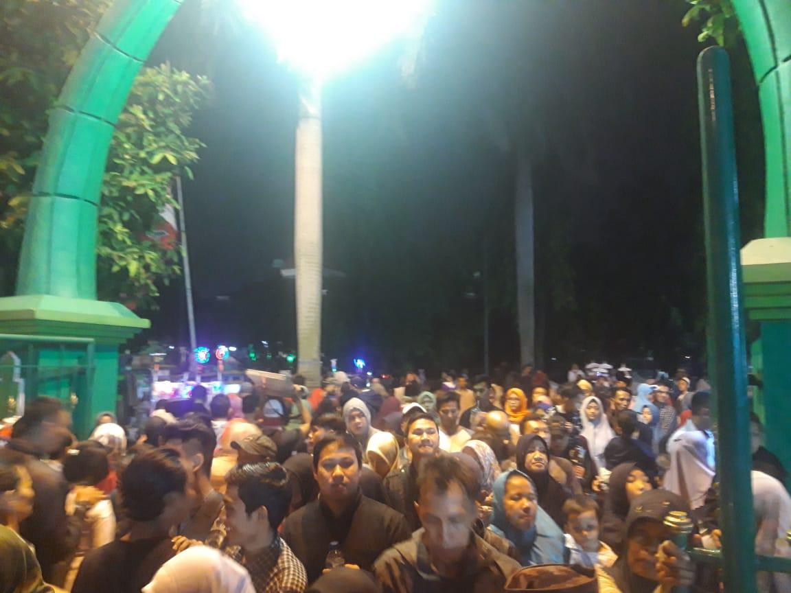 Tampak suasana masyarakat merayakan takbiran di Masjid Raya Al-Azhom, Kota Tangerang, Selasa (4/6/2019) malam.