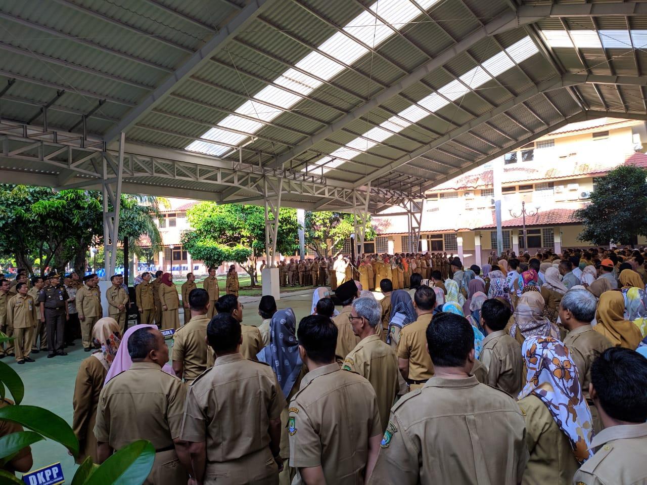Tampak para pegawai negeri sipil (PNS) di lingkungan Pemerintah Kota (Pemkot) Tangerang yang terlambat tidak mengikuti apel pagi, Senin (10/6/2019).