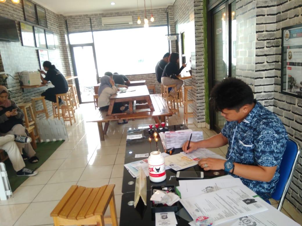 Suasana warga yang sedang membuat pemohonan Surat Keterangan Catatan Kepolisian (SKCK) di Kantor Pelayanan SKCK, Mapolres Tangsel, Jalan Promoter, Serpong, Tangsel, Jumat (14/6/2019).