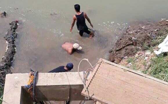 Petugas PDAM TKR Kabupaten Tangerang saat menggali aliran sungai untuk membuat kanal pipa agar air bisa masuk ke intake pengolahan.