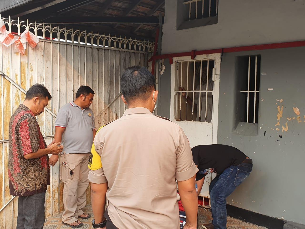 Polisi mengolah tempat kejadian perkara (TKP) Sukarta, 60, seorang Napi yang gantung diri di Lapas Kelas IIA Pemuda Tangerang, Jumat (16/8/2019).