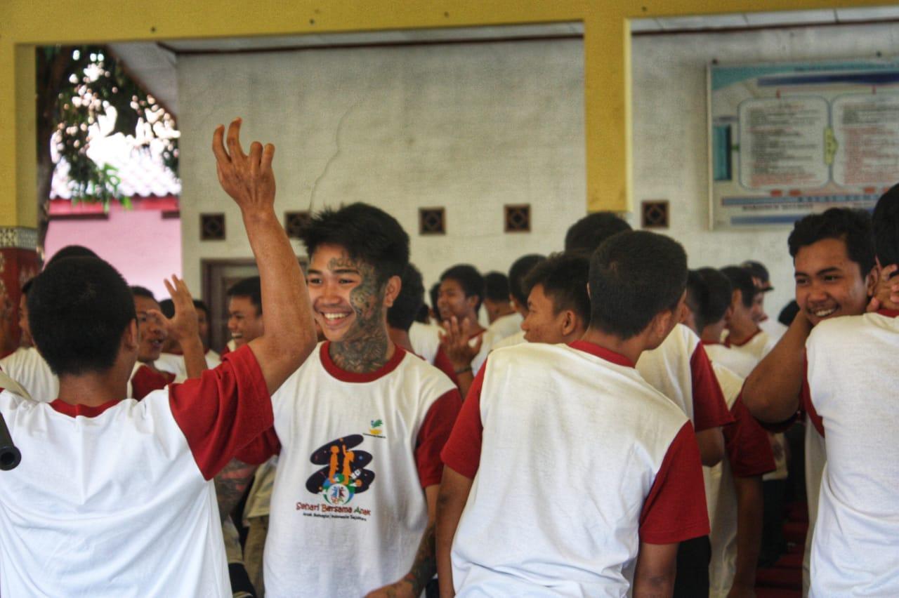 Warga binaan menunjukan penampilannya bermain alat musik di Lembaga Pemasyarakatan Khusus Anak (LPKA) Kelas I Tangerang, Sabtu (24/8/2019).