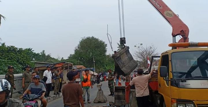 Suasana pembongkaran pembatas beton yang menutup Jembatan Kedaung di Kecamatan Neglasari, Kota Tangerang.