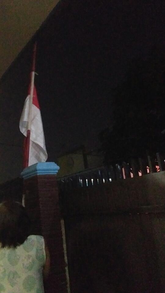Tampak bendera merah putih NKRI berkibar setengah tiang dikediaman warga.