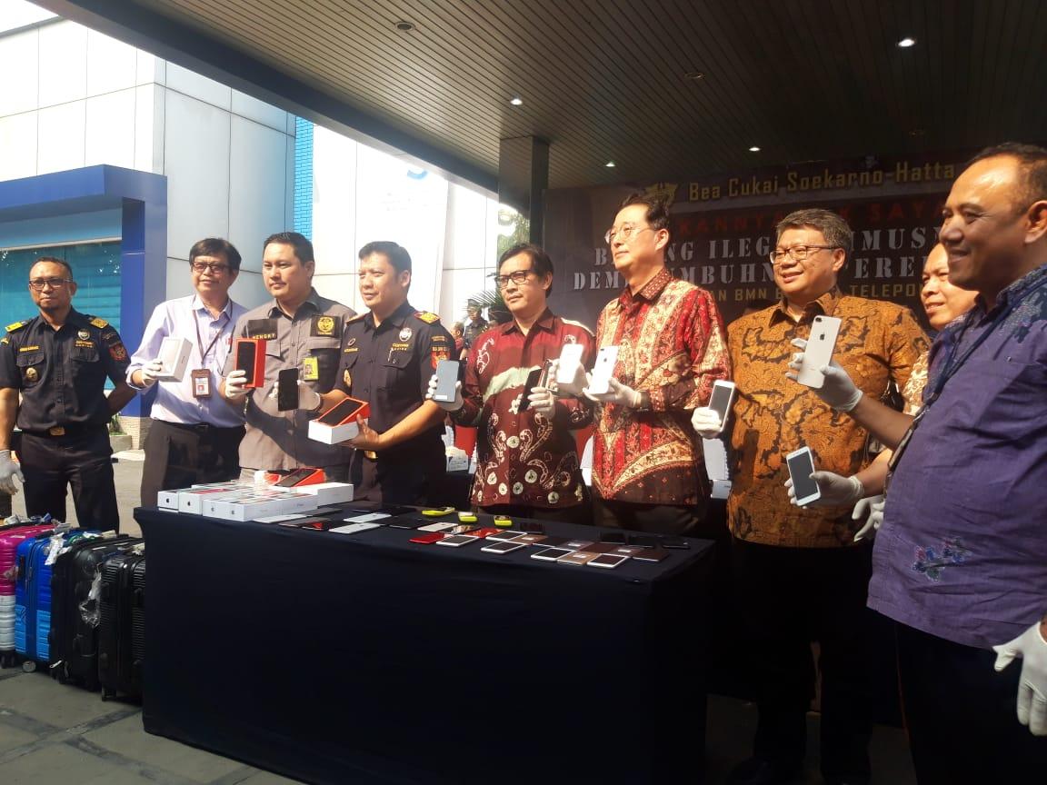 Kegiatan pemusnahan ribuan ponsel pintar beragam merek di Kantor Pelayanan Utama Bea dan Cukai Tipe C Soekarno-Hatta, Tangerang, Selasa (8/10/2019).