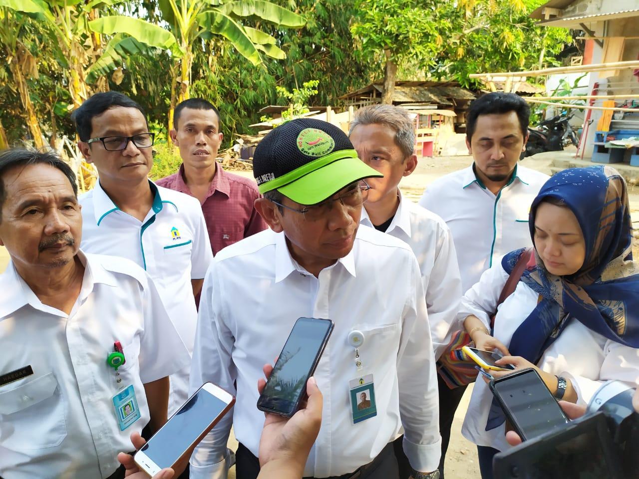 Direktur Utama PT PITS Dudung E Diredja (mengenakan kemeja putih memakai topi) saat memberikan bantuan air bersih kepada warga Koceak.