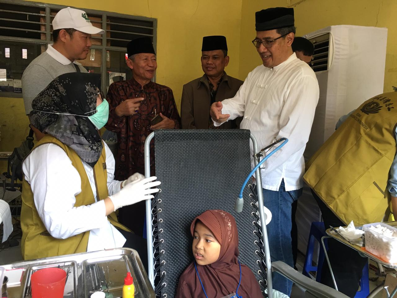 Dhony Rahajoe, Managing Director President Office Sinar Mas Land saat memberikan bantuan kepada warga di kampung Pagerhaur, Desa Pagedangan, Kecamatan Pagedangan, Kabupaten Tangerang.