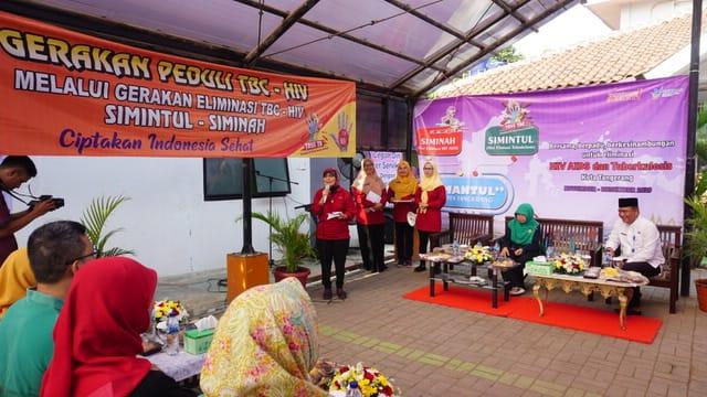 Kepala Dinkes Kota Tangerang dr Liza Puspadewi saat memberikan materi kepada petugas-petugas Puskesmas dalam program Gebyar Mantul di Puskesmas Tanah Tinggi, Kota Tangerang.