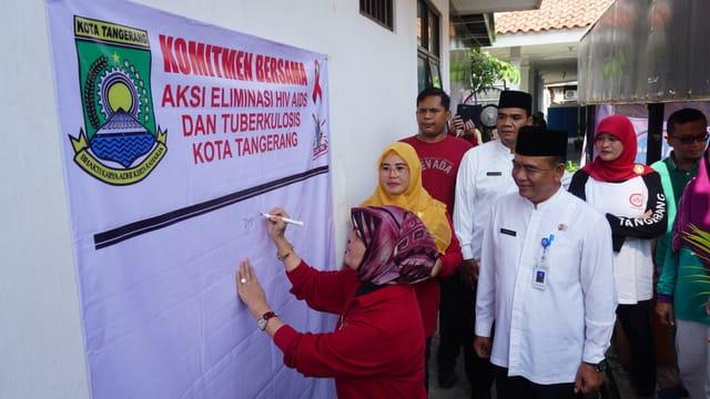 Kepala Dinkes Kota Tangerang dr Liza Puspadewi saat tandatangan di spanduk dalam kegiatan program Gebyar Mantul di Puskesmas Tanah Tinggi, Kota Tangerang.
