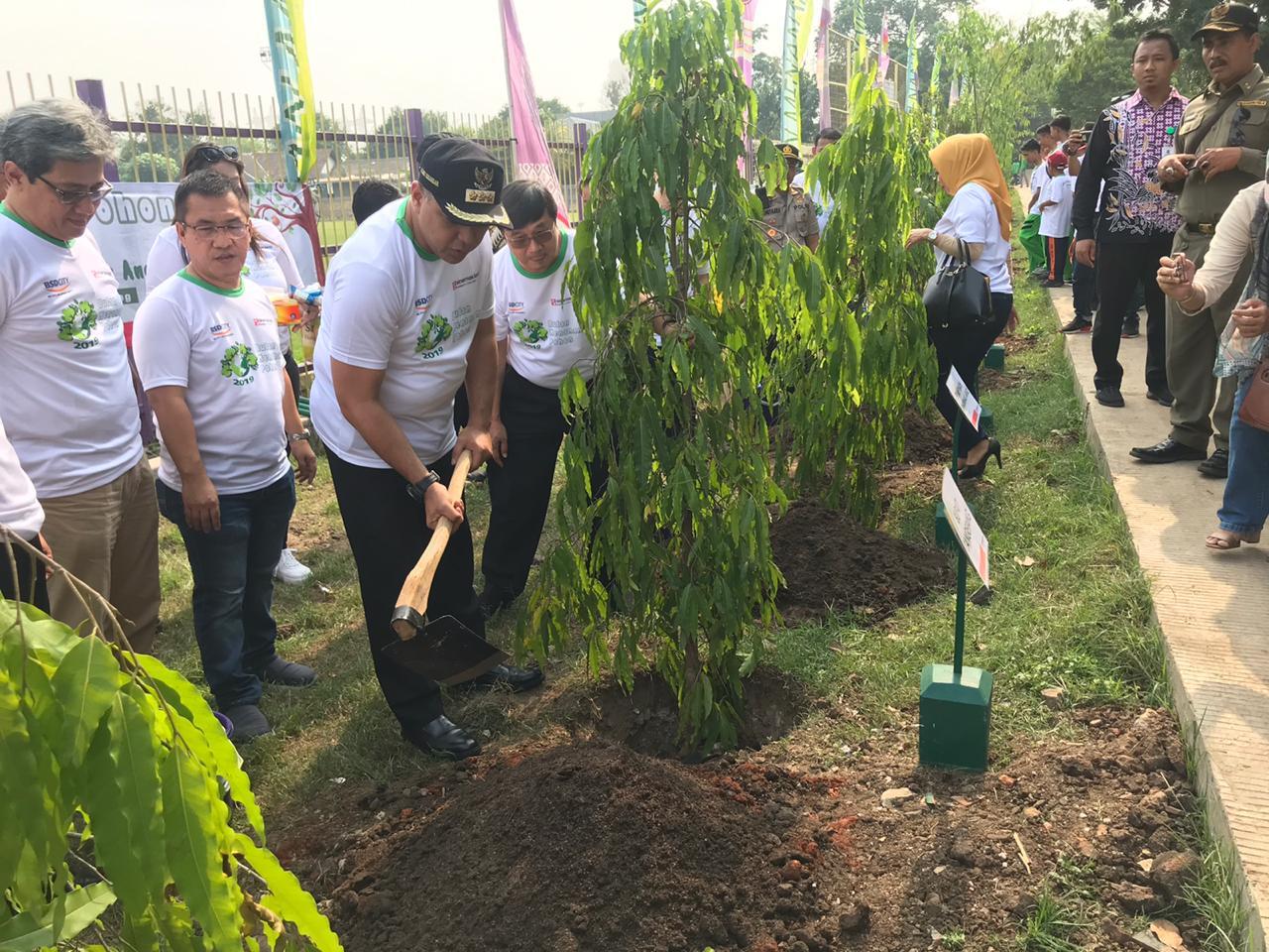 Bupati Tangerang Ahmed Zaki Iskandar didampingi Direktur PT Bumi Serpong Damai Tbk, Syukur Lawigena dan Direksi Sinar Mas Land saat menanam bibit pohon.