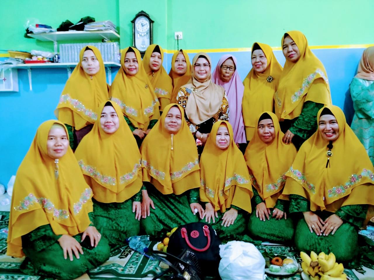 iti Nur Azizah saat memberikan sambutannya dalam kegiatan pengajian di Majlis Ta'lim Al Falah dalam rangkaian Maulid Nabi Muhammad SAW, di Kelurahan Cirendeu, Ciputat Timur, Rabu (4/12/2019).