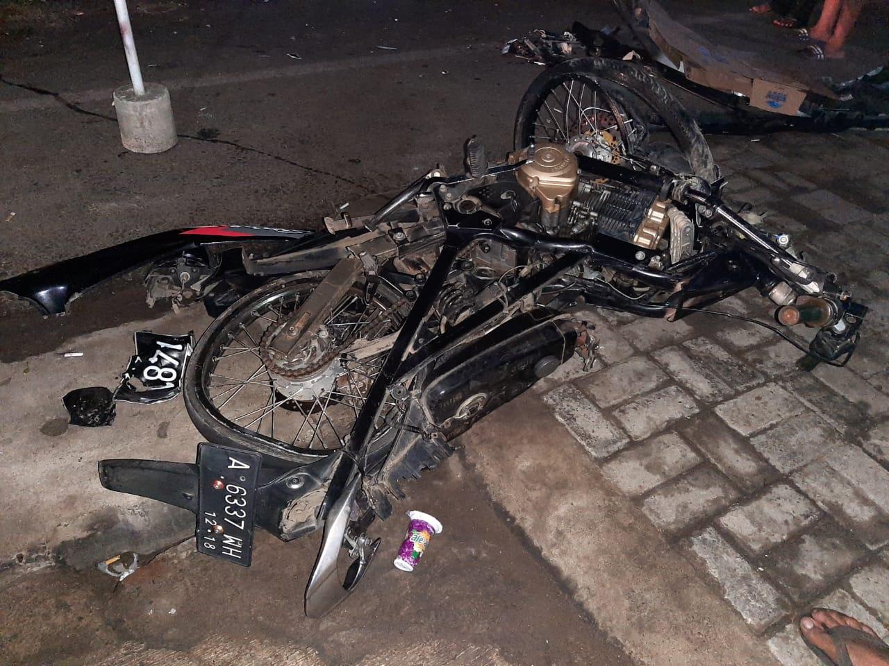 Tampak rusak berat motor yang di kemudikan Rizki akibat mengalami kecelakaan di Cilegon.