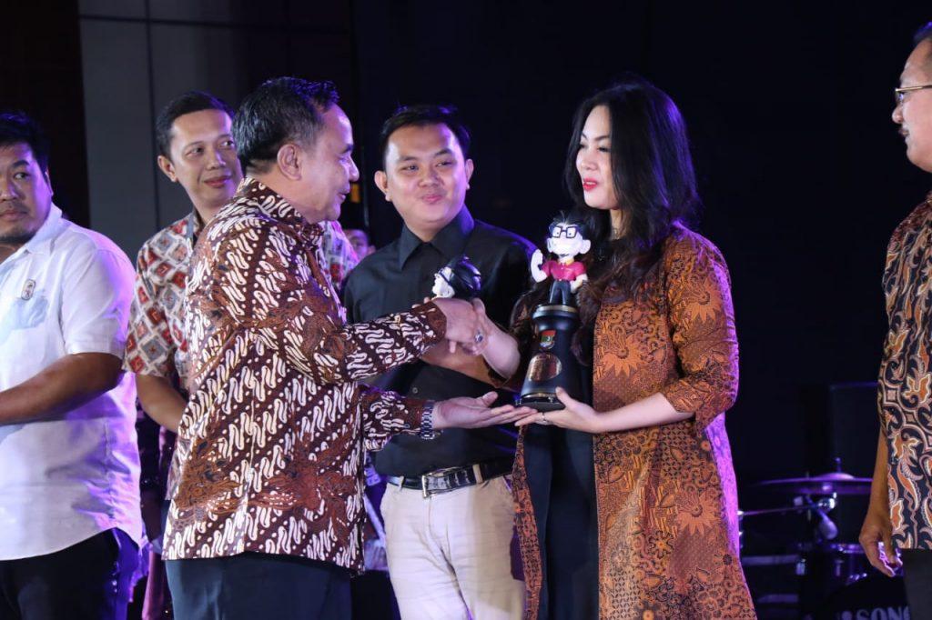 Kepala Bapenda Kabupaten Tangerang H. Soma Atma menyerahkan penghargaan kepada wajib pajak dalam Pak Jaka Award, Jumat (29/10/2019).