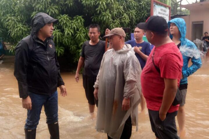 Bupati Tangerang Ahmed Zaki Iskandar saat meninjau kondisi banjir di kawasan perumahan Islamic Village dan RS Qadr.
