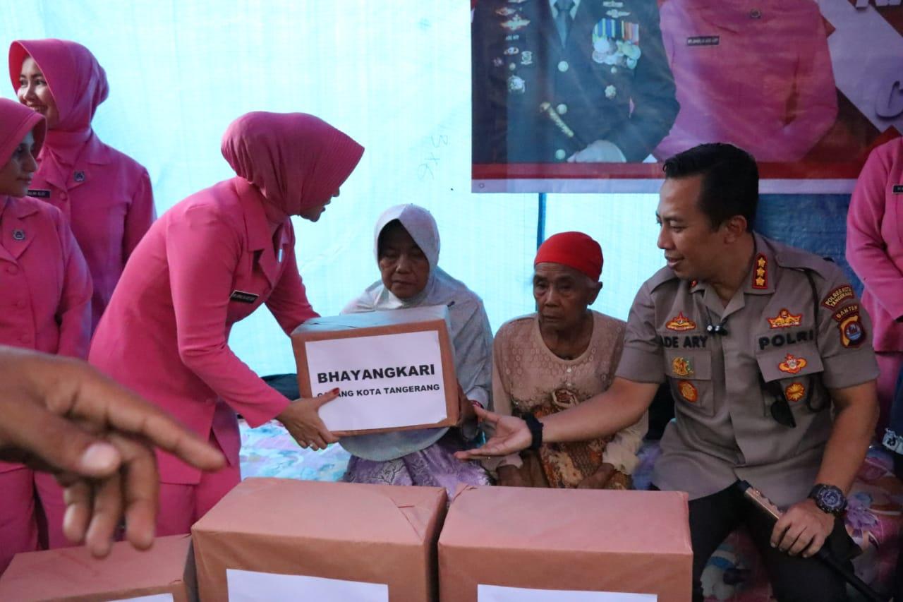 Kapolresta Tangerang Kombes Pol Ade Ary Syam Indradi bersama rombongannya saat meninjau lokasi banjir di Kampung Carenang, Kecamatan Cisoka, Kabupaten Tangerang.