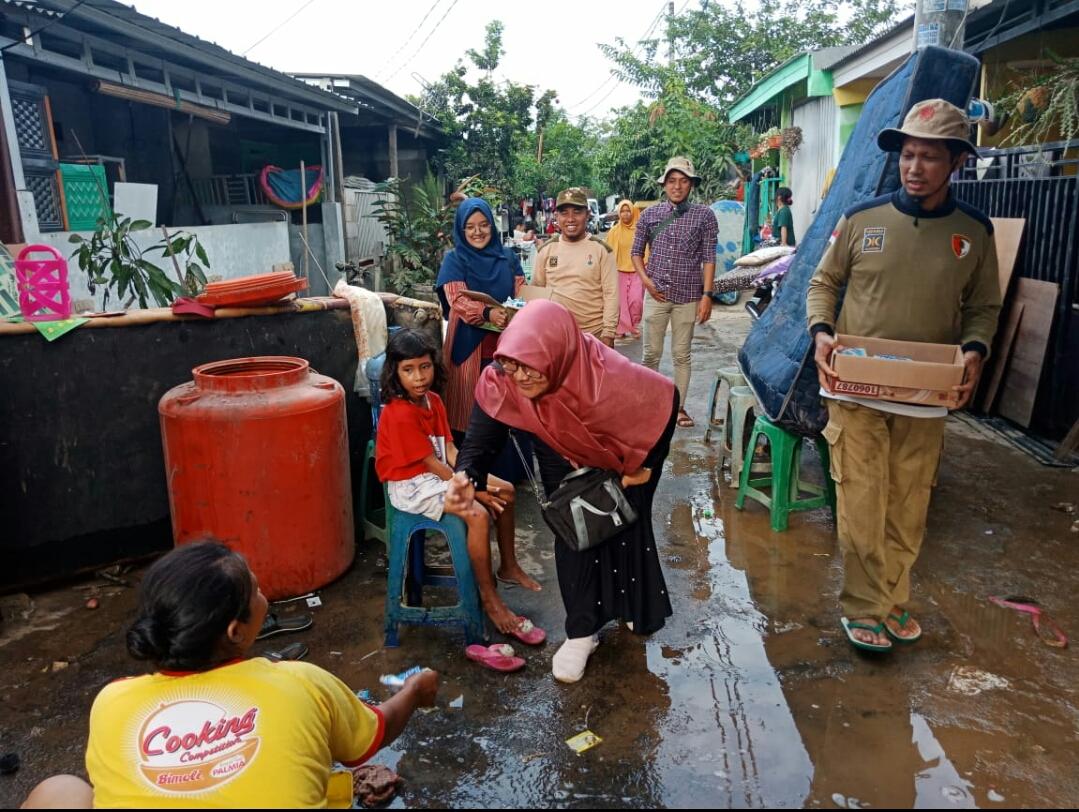 Anggota Fraksi PKS DPRD Kota Tangerang Selatan, Paramitha Messayu bersama rombongannya saat meninjau lokasi bencana banjir di Kelurahan Kranggan.