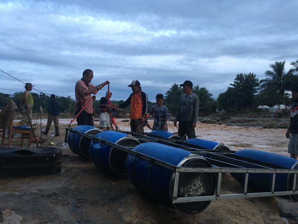 Tim Satpol PP Tangsel saat membuat perahu dengan bahan baku dari drum dan pipa sebagai pengganti perahu karet di lokasi bencana banjir di Kecamatan Sajira, Kabupaten Lebak.