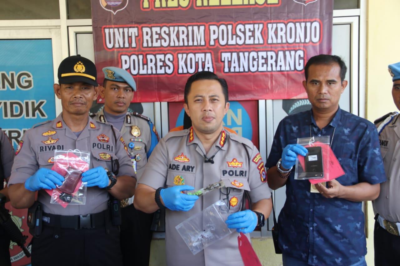 Kapolresta Tangerang Kombes Pol Ade Ary Syam Indradi bersama anggotanya saat menunjukan barang bukti senjata tajam yang berhasil diamankan dari para tersangka perampokan taksi online di Jalan Raya Kronjo-Muncung, Desa Kronjo, Kabupaten Tangerang.