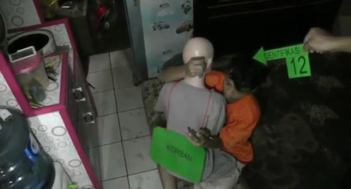 Adegan rekonstruksi atau reka ulang pembunuhan bayi di Jalan AMD Manunggal X, Kelurahan Kedaung Wetan, Kecamatan Neglasari, Kota Tangerang.