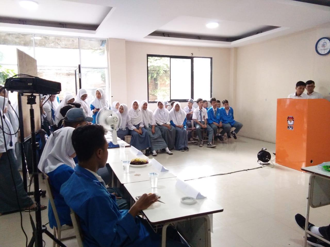 Kegiatan pemilihan Ketua Organisasi Siswa Intra Sekolah (OSIS) di SMK Bina An Ma'mur dengan cara e-voting (pemungutan suara secara online).