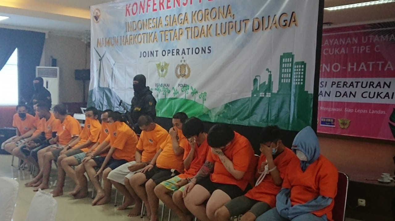 Kepala Kantor Pelayanan Utama Bea dan Cukai Tipe C Soekarno-Hatta Finari Manan beserta petugas menampilkan barang bukti narkoba yang diselundupkan melalui Bandara Soekarno-Hatta dalam konferensi pers.