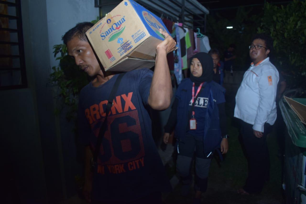 Anggota PMI mendistribusikan bantuan logistik kepada para korban banjir di Kecamatan Periuk, Kota Tangerang, Rabu (26/2/2020).