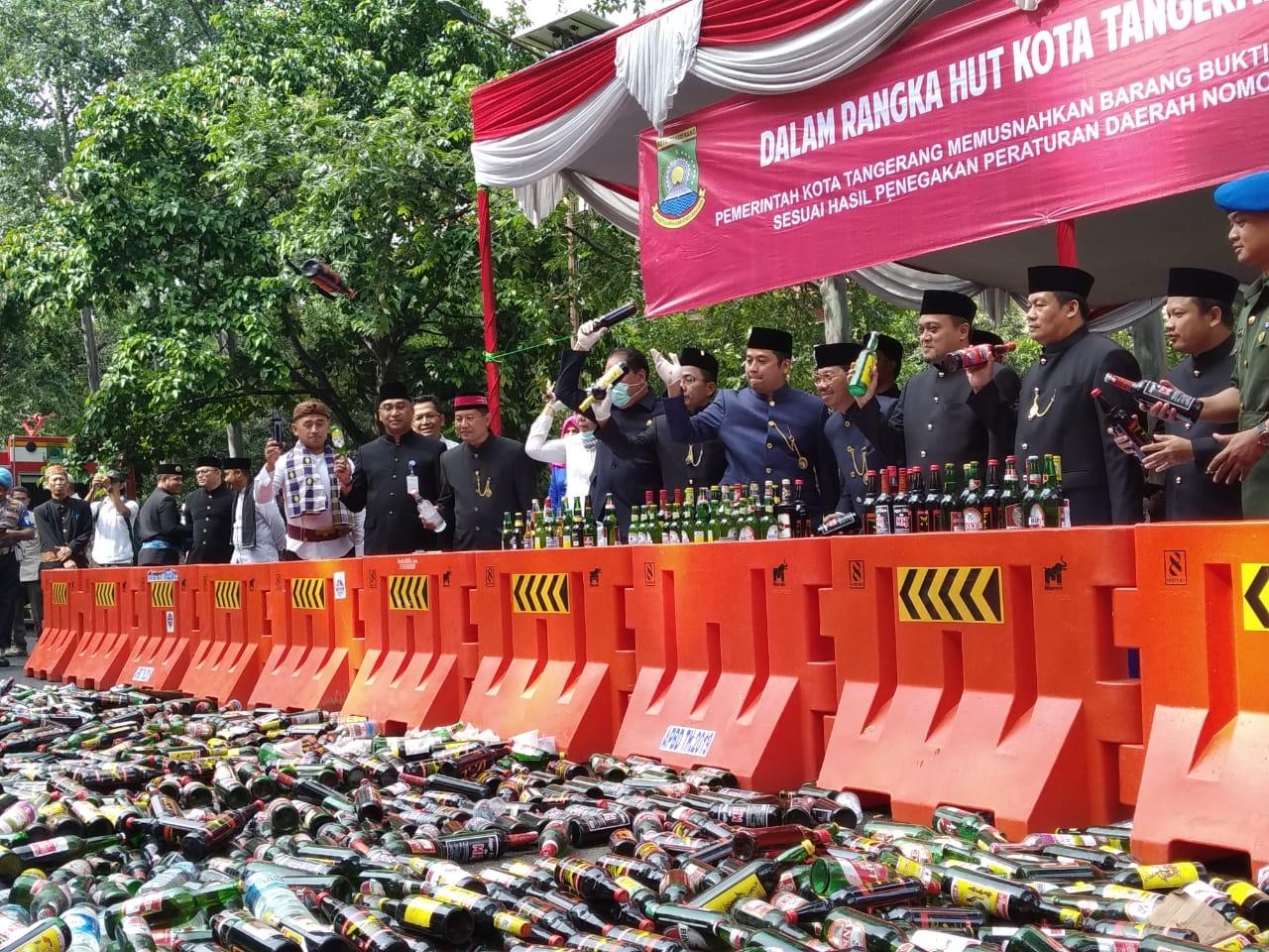 Wali Kota Tangerang Arief R. Wismansyah saat memimpin pemusnahan miras di halaman gedung Pusat Pemerintahan Kota Tangerang.