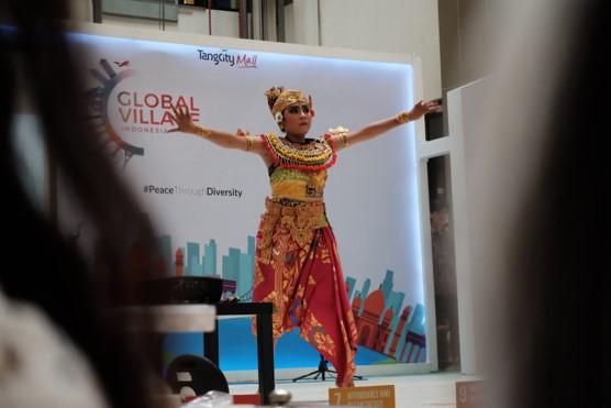Sejumlah pemuda peserta AIESEC dari lima negara perkenalkan budaya mereka masing-masing dalam event Global Village di Main Atrium, Tangcity Mall, Kota Tangerang, Minggu (23/2/2020).