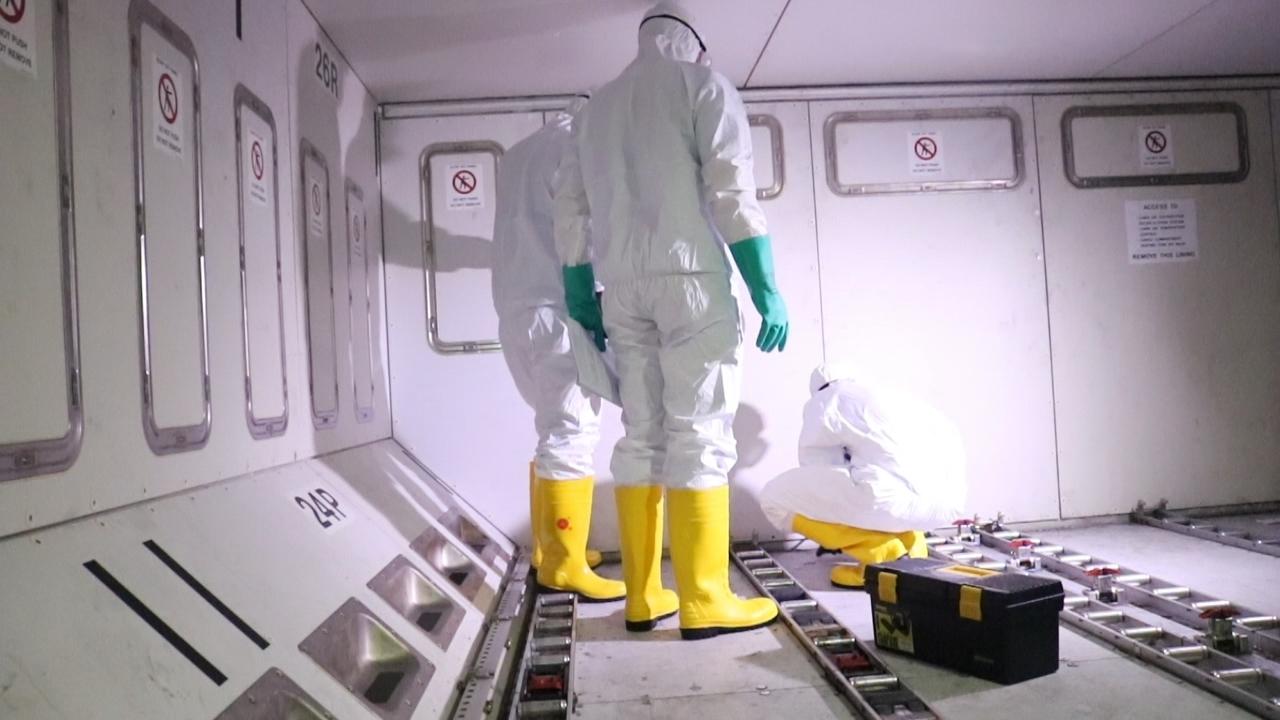 Petugas kesehatan Lion Air Group melakukan sterilisasi bagian-bagian pesawat.