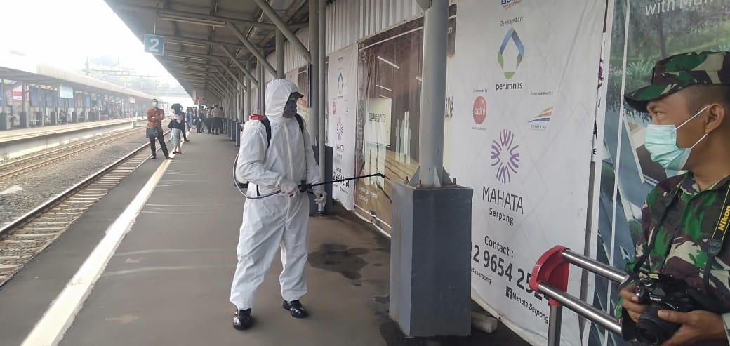 Petugas saat menyemprotkan cairan disinfektan di Stasiun Rawa Buntu, Serpong, Tangsel, Kamis (19/3/2020)