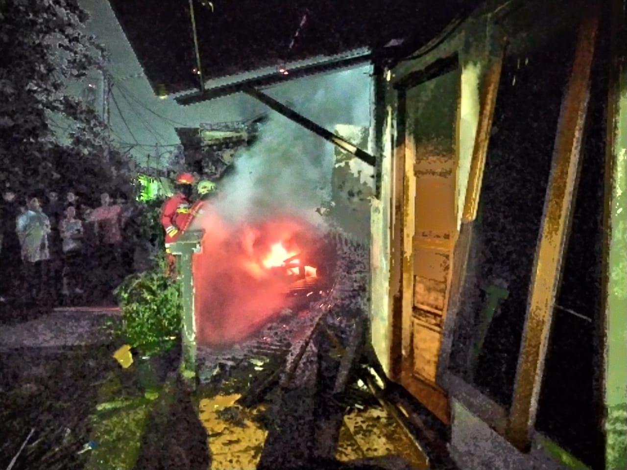 Tampak Petugas sedang memadamkan api yang berkobar, Tangerang Selatan, Senin (23/3/2020).