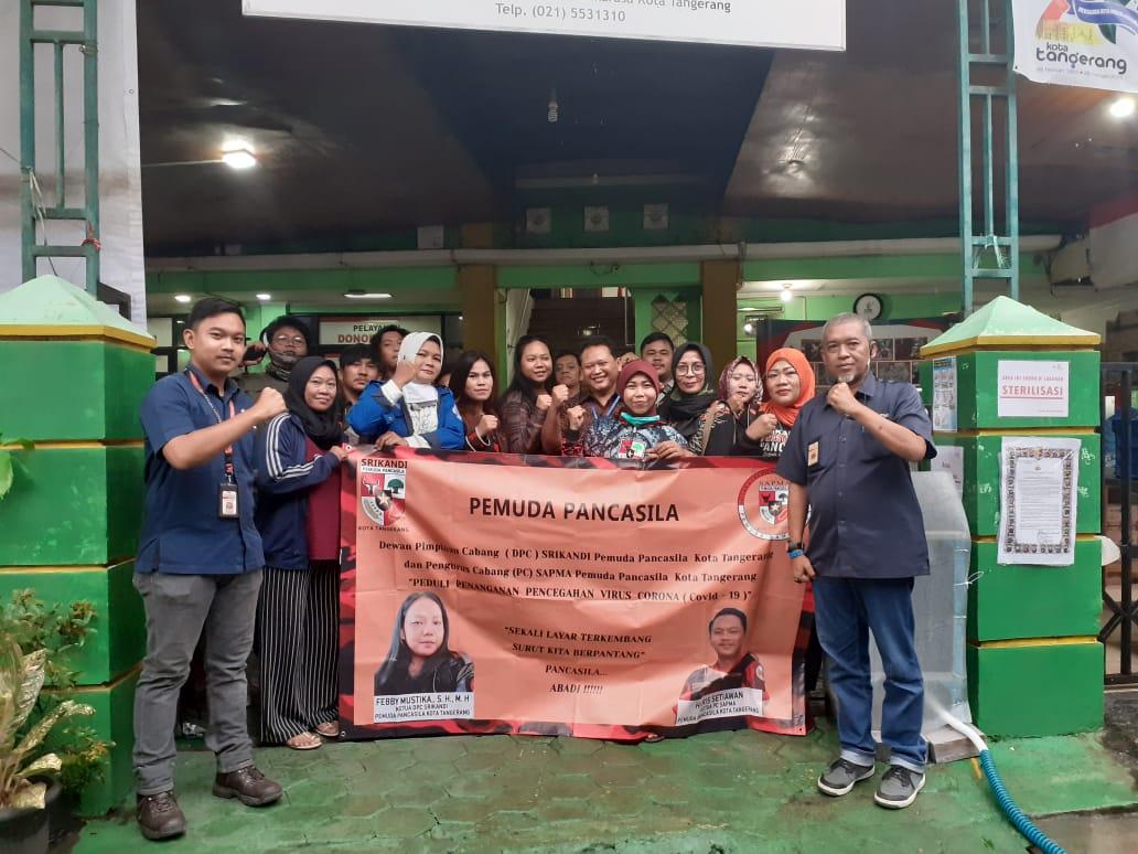 Anggota Pemuda Pancasila saat mendonorkan darahnya di kantor pelayanan Unit Donor Darah PMI Kota Tangerang, Senin (30/3/2020).