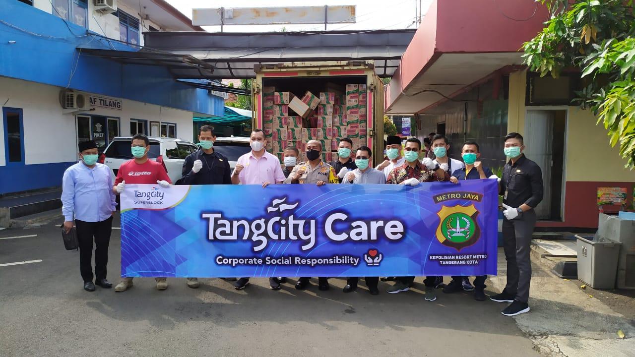 Penyerahan bantuan sembako dari program corporate social responsibility Tangcity Mal, Tangerang Kota, Senin (6/4/2020).