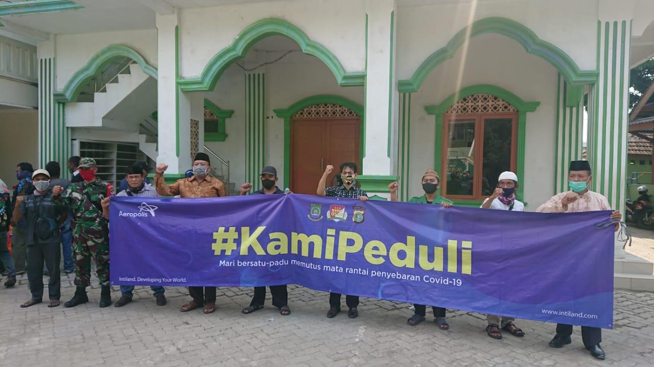 Managemen Aeropolis memberikan paket sembako kepada warga Neglasari, Kota Tangerang, Jumat (17/4/2020).