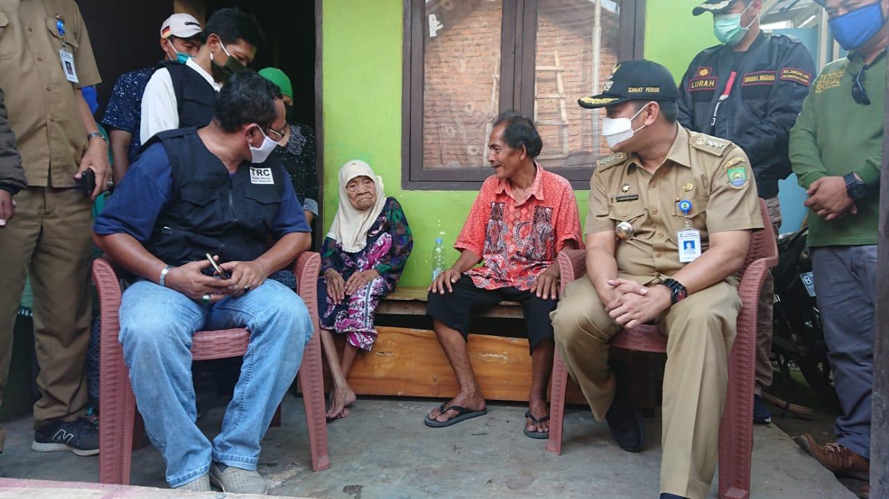 Camat Periuk Maryono Hasan didampingi petugas Dinas Sosial bersama keluarga Hatima mengklarifikasi informasi ditelantarkannya Hatima, Minggu (19/4/2020).