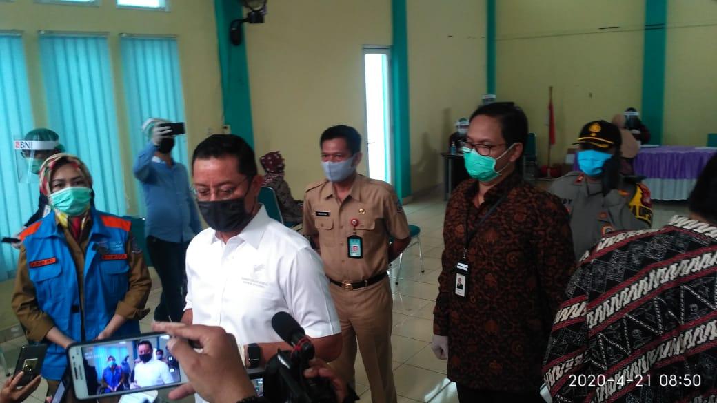 Menteri Sosial Juliari P Batubara saat memberikan bantuan sembako kepada warga di Kantor Kelurahan Sawah, Ciputat, Kota Tangsel, Selasa (21/4/2020).