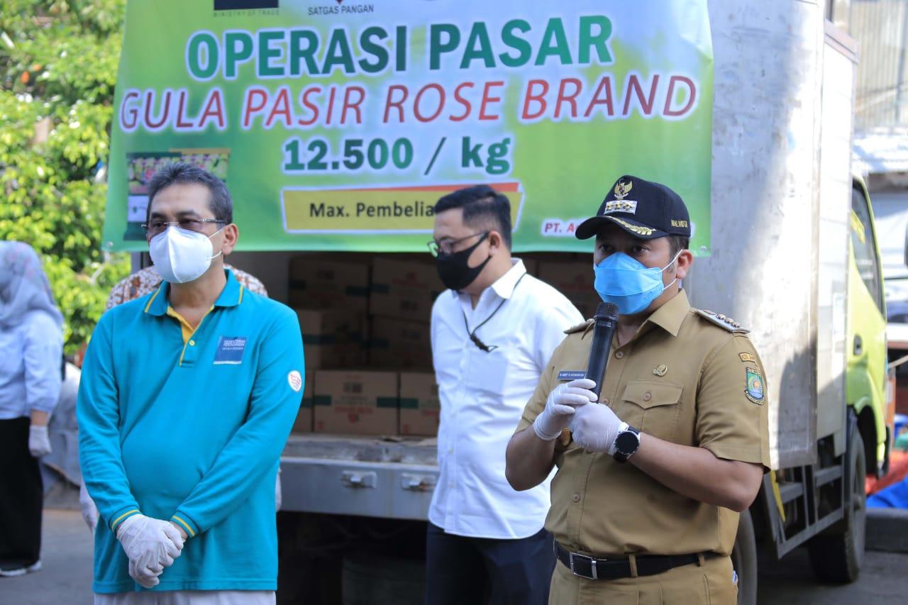 Menteri Perdagangan Agus Suparmanto didampingi Wali Kota Tangerang Arief R. Wismansyah saat melakukan inspeksi mendadak di Pasar Anyar, Kota Tangerang.