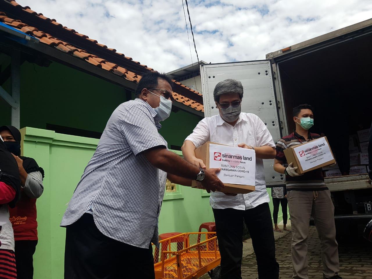 Managing Director President Office Sinar Mas Land, Dhony Rahajoe bersama Rano Karno menyerahkah satu paket sembako kepada warga Cipondoh yang terdampak Covid-19, Kota Tangerang, Kamis (21/5/2020).