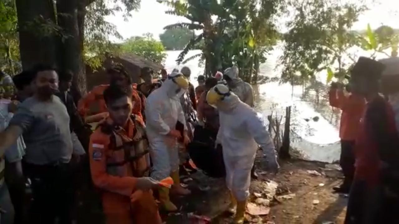 Petugas mengevakuasi jasad Didi Setiadi, remaja yang tenggelam di sungai Cimanceuri, Sindang Jaya, Kabupaten Tangerang, Jumat (22/5/2020).