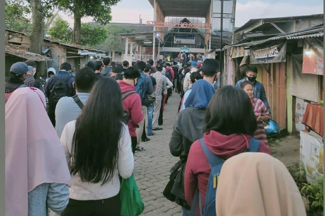 Antrean penumpang di Stasiun Tigaraksa, Kabupaten Tangerang, mengular efek PSBB transisi di DKI Jakarta, Senin (8/6/2020).