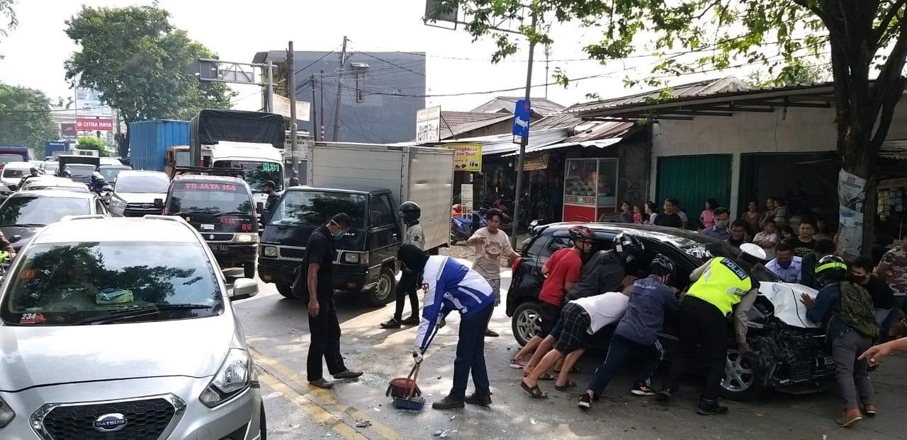 Personel Satlantas Polresta Tangerang mengevakuasi kendaraan yang terlibat tabrakan agar tidak menimbulkan kemacetan lalu lintas, Selasa (16/6/2020).